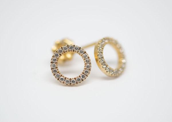 Boucles d'oreilles dorées avec des topaz blanches brillantes